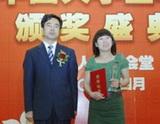 团中央学校部副部长杨松\r\n为王燕娜颁奖