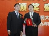北京市委宣传部副部长常卫\r\n为王荃颁奖